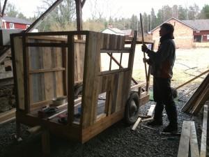 Henrik spikar panel återvunnen av gamla lastpallar