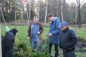 Henrik berättar om grönsaksodling för besökare från Jägargården