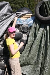 Emma visar hur norrväggen på jordskeppet byggts.